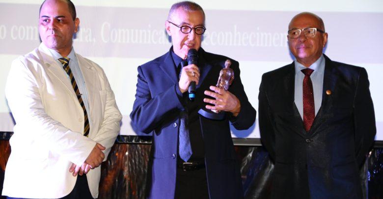 O ator e diretor teatral Elias Andreato