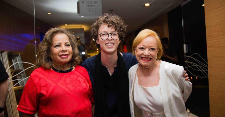 O cantor Ayrton ao lado de  Ângela Maria e Claudete  Soares