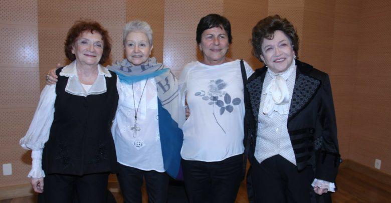 Clara Sverner e Nathalia Timberg recebem a dramaturga Maria Adelaide Amaral e a atriz Denise Weinberg.